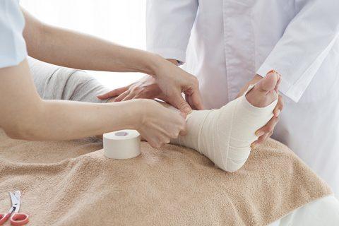 presidio fisioterapia che prevede uso di bende adesive combinate per preservare le strutture muscolo-tendine senza limitare articolarita